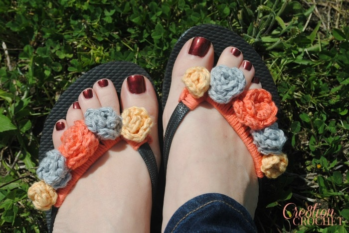 Free flip flop flower crochet pattern comes with directions for 4 different flower sizes.  I'll be rocking these all summer long.