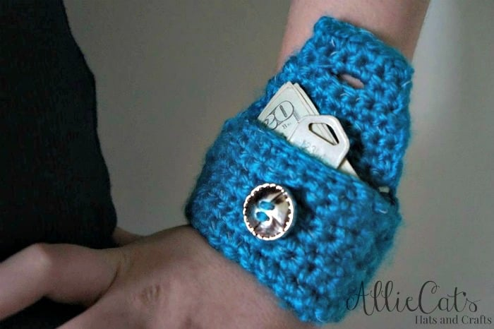 Free pattern for wrist cuff using Reflective yarn. Perfect for keeping a few dollars and a key for those days that you don't want to carry your bag around.