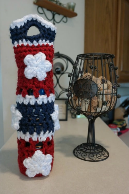 This a wonderfully patriotic wine tote is quick to work up and will surely have others asking where can they get one just like that.